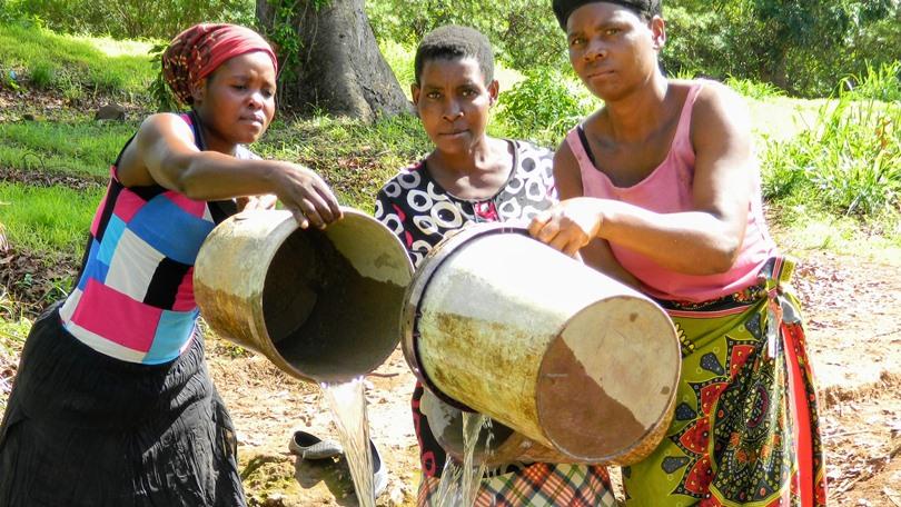 Malawi, donne a prendere acqua al fiume